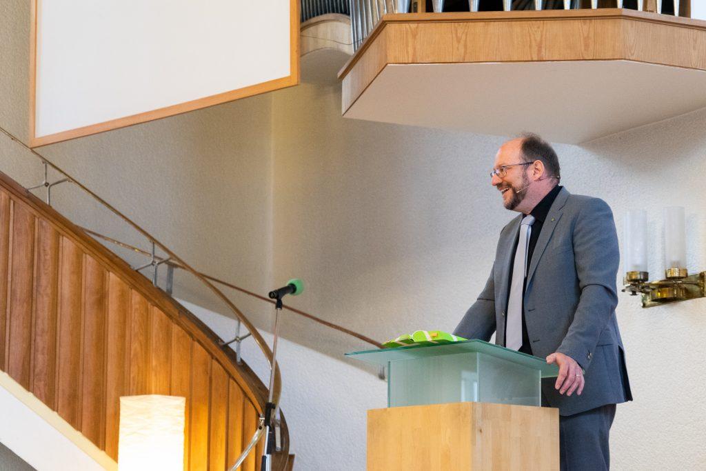 Klaus Göttler bei der Predigt